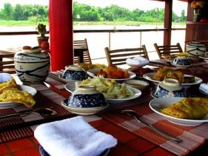 repas-a-bord-jonque-tcharokaa